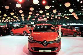 Президент Renault Карлос Гон вывел на сцену четвертое поколение компактного Renault Clio не только в традиционном кузове хэтчбек (на фото), но и универсал.