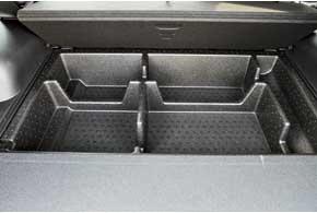 Объем багажника вырос до 585 литров (+60 л). Под полом есть очень вместительные ниши. Удобнее стала и трасформация – сложить спинки теперь можно прямо из багажника.