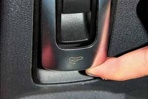 Натрансформацию из купе в кабриолет (или обратно) требуется 25 секунд, ивсеэто время клавишу приходится удерживать.