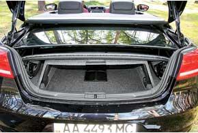 Жесткий верх занимает много места в грузовом отсеке. Открытый Eos вмещает в багажник 205литров багажа, но поднимаем крышу и...