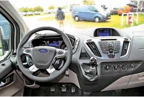 По дизайну торпедо во многом напоминает легковые модели Ford. Небольшой короткоходный рычаг 6-ступенчатой «механики» позволяет  легко оперировать с передачами.