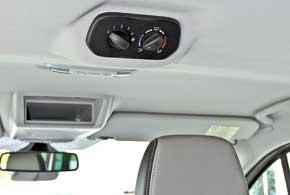 На потолочной панели пассажирского отсека находится блок управления температурой, скоростью воздухопотоков систем обогрева, вентиляции и кондиционирования.