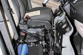 Переднее пассажирское сиденье имеет две раздельные подушки, которые можно сложить вперед, обеспечив доступ к компактной нише.
