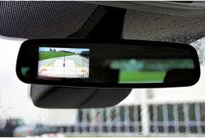 При движении задним ходом в зеркале появляется картинка с камеры заднего вида сразметкой для удобства маневрирования.