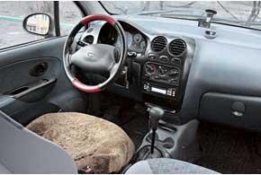 Пластик отделки вMatiz жесткий, нов отличие отконкурента он не создает посторонних шумов. Обшивка сидений хорошо переносит испытание временем и даже на старых авто выглядит прилично.