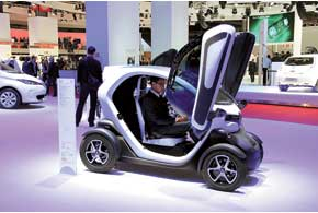 Запас хода двухместного электрокара Renault Twizy составляет 100 км. Цена во Франции – от 6990 евро.