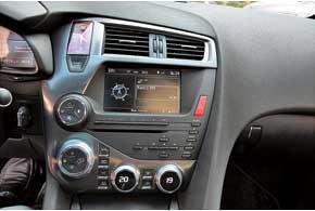 В расположении переключателей на по-спорткаровски пологой консоли – отсутствие симметрии.