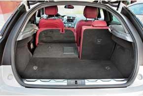 Запаски в дизельной версии нет. Наслучай прокола колеса под полом багажника– небольшая ниша, вкоторой находится компрессор склеящим раствором. Сложенные сиденья образуют ровный пол. Авысокий бортик багажника защищен алюминием.