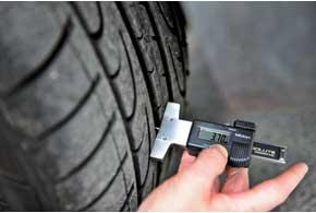 При глубине рисунка протектора 4мм именее зимняя шина теряет сцепные свойства нальду иснегу.