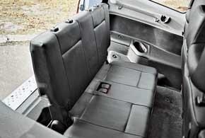 В полу багажника «пятидверок» упрятан третий ряд сидений (рассчитан на двоих людей). Хотя взрослым сидеть там неудобно – подушки кресел лежат на полу.
