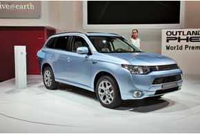 Mitsubishi Outlander PHEV оснащен 2,0-литровым бензиновым ДВС и двумя электромоторами по 60кВт каждый. Запас хода на электротяге – до 55 км.