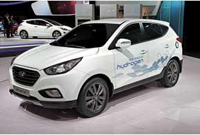 Hyundai ix35 Fuel Cell – первый серийный кроссовер на водородных топливных элементах. Запаса водорода хватит на 588км пробега. За три года планируется изготовить 1000 таких машин.