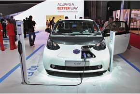 Toyota iQ EV оснащена 47-киловаттным электромотором, который позволяет разогнать авто до 125 км/ч. Запас хода достигает 85км.