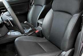 Передние сиденья знакомой конфигурации хорошо поддерживают ноги.