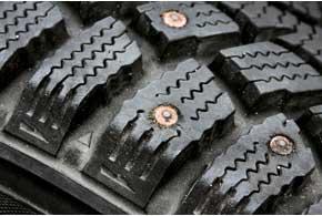Шипованные шины требуют более частой балансировки, так как изнашиваются неравномерно, да и шипы иногда выпадают.