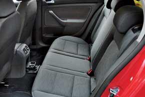 Важное преимущество по сравнению с предшественником – заметно больший запас места для ног задних пассажиров, т. к. на галерке колени высокого человека не будут упираться в спинки передних кресел.