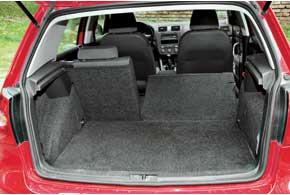 Походный объем багажника хэтчбеков средний посравнению сконкурентами– 350 л против 300л у Mazda3 и 385 л уFord Focus, а со сложенными задними сиденьями– один из наибольших: 1305 л против 635 л и 1245 л соответственно.