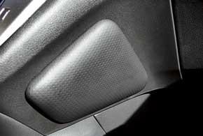 По сторонам подиума коробки передач появились мягкие подушечки, вкоторые упираются колени при резких маневрах.