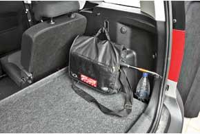 Вещи не должны летать по багажнику. Для сумки есть крючок, для бутылочек– глубокая ниша.