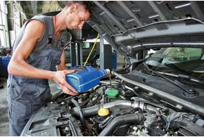 Объем масляной системы 1,5-литрового дизеля – 4,5л, поэтому заливать масло  из 5-литровой канистры не очень экономично, так как пол-литра остается. На ТО-2 надилерской станции Renault уже использовали масло из 200-литровой бочки, что существенно экономнее.