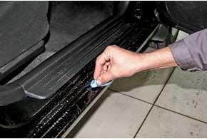 Для удаления битума, грязи, следов от насекомых применяйте полировальную пасту или обыкновенную кухонную губку (пользуйтесь только мягкой ее стороной).