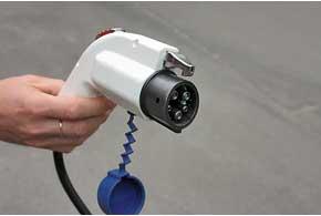 Более дорогие электрокары комплектуют стандартным евроразъемом для подзарядки от «быстрой» станции за 0,5-1,0 часа.