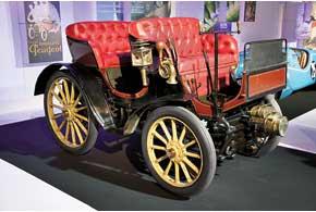 Lion Peugeot V2C2 с кузовом дубль-фаэтон 1909 года оснащен 1,0-литровым 9-сильным мотором.