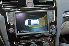 Топовая мультимедийная система с навигацией выполняет множество функций. Втомчисле она подсказывает водителю траекторию движения передней части кузова при парковке назад.