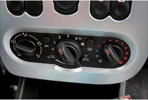 Приходится мириться с низким расположением блока управления системой кондиционирования и вентиляции.
