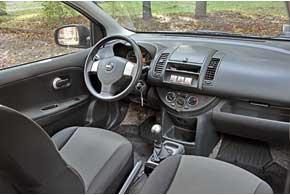 Посадка на сиденьях Note (передних и задних) по-минивеновски высокая. Качество отделки нареканий невызывает, а обзорность немного ограничивает лишь вынесенная вперед левая передняя стойка.