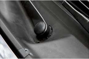 На авто первых г. в. в переднем стеклоочистителе закисает ось дворников, что приводит к отказу электромотора.