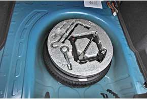 В начальном уровне оснащения – колеса с шинами 195/65 R15. В более дорогой комплектации– 205/55 R16. Но у всех Aveo подполом багажника – докатка, хотя поместилась бы и полноценная запаска.