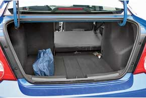 Объем багажника вырос на целых 182 литра – с 320 до 502 л. Прискладывании заднего ряда ровного пола не получаем.