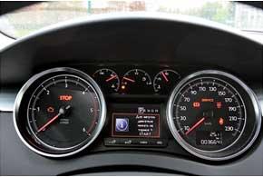 Приборный щиток ничем не выдает своей принадлежности к мощной версии GT, более того, он не отличается отобычного дизельного 508.