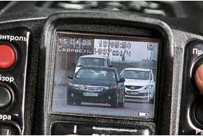 Если в кадр «Визира» попало несколько автомобилей, такое фото выбраковывается, и привлекать водителя к ответственности на его основании запрещается.