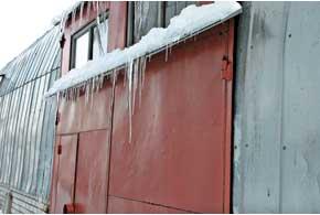 Только в зимний период возникает риск падения снега и льда на автомобиль. Он может быть предусмотрен не во всех полисах КАСКО – внимательно читайте конкретный договор страхования.