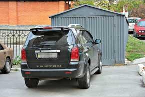 Является ли нарушением парковка перед чужими воротами