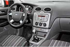 Торпедо и карты дверей дешевых идорогих версий Ford Focus  отличаются качеством пластика– у первых онжесткий исовременем может поскрипывать, а увторых– мягкий и«тихий».