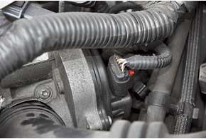 В бензиновых двигателях Ford отмечены проблемы с дроссельной заслонкой. Внекоторых случаях помогает ее чистка, а иногда требуется замена.