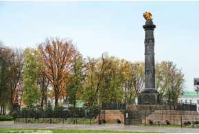 Монумент Славы в ознаменование  100-летия победы в Полтавской битве  на центральной площади города.