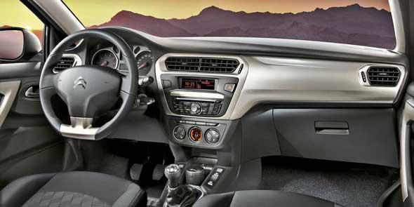 Блок управления стеклоподъемников размещен в нижней части центральной консоли, что хоть и редко, новстречалось у французских авто.