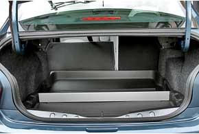 Багажник огромен, кроме того, его можно увеличить, сложив спинки заднего сиденья. В базовой версии спинка будет цельной. В качестве аксессуара предлагается органайзер с резиновой «ванной».