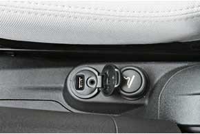 Передние кресла широкие и удобные. Водительское – срегулировкой высоты. Боковые подушки – задоплату. Естьразъемы AUX идляфлешки.