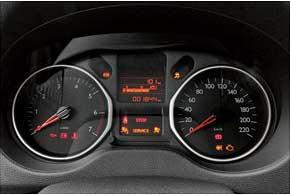 Щитки приборов бензиновой идизельной версий не отличаются даже шкалой тахометра.