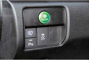 Работу экономичного режима ECON на 2,4-литровом моторе быстрее заметишь по снижению силы обдува кондиционера. А на 3,5-литровой версии небольшая разница ощущается и в отзывчивости двигателя.