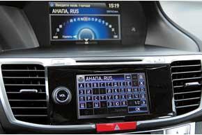 Для упаравления навигационной системой можно воспользоваться круглым джойстиком или набирать адрес прямо на экране тач-скрин.