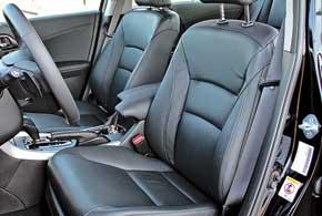 Сиденья в девятом «Аккорде» полностью новые. Вболее простом оснащении авто кресло смеханическими регулировками мне лично понравилось меньше.