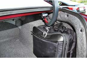 Если грузить багажник подзавязку, топетли открытой крышки могут упираться в вещи.
