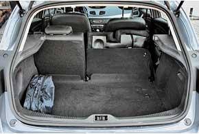 Для городских семейных поездок 368-литрового багажника хватает. При необходимости можно раздельно сложить задний диван.