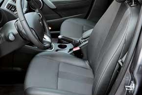 В самой дорогой версии Dynamique регулируется нетолько высота подголовников, но и их наклон; кроме того, есть регулировка поясничного подпора водительского кресла, амикролифтом оснащены обапередних сиденья.